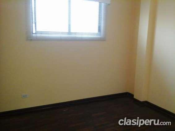 Escucho oferta departamento en edificio en 3º piso en buen estado.