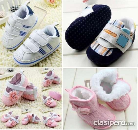 Se ofrece zapatitos para bebe importados para coleccionistas.